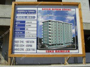 Ahşap inşaat tabelası