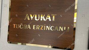 Ahşap zeminli pleksi harfli tabela