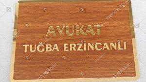 Ahşap zeminli altın renk harfli avukat tabelası