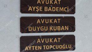 Ahşap zeminli avukat tabelaları