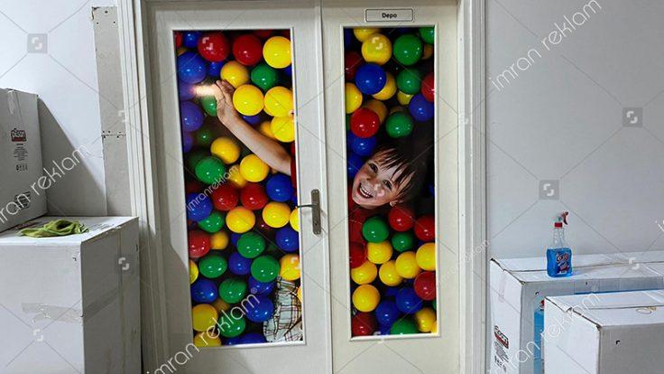 Oyun alanı Kapı camına folyo kaplama