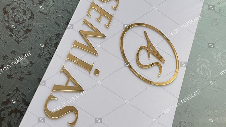 Beyaz-pleksi-üzeri-altın-renk-harfli-kapı-tabelası-(1)
