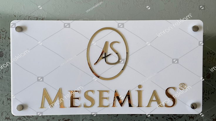 Beyaz pleksi üzeri altın renk harfli kapı tabelası